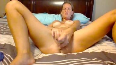 Muscular busty Makayla Anderson fucks a meaty vagina