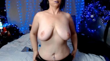 Huge tit mommy Laura squirting and double toying her twat